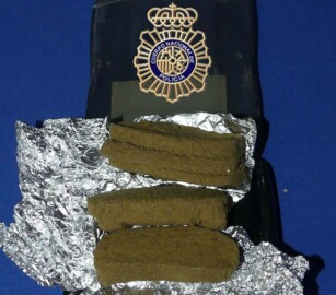 Las tres tabletas de hachis incautadas por la Policía Nacional.