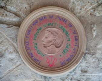 El Medallón de Mª Luisa García-Dorado, obra de Pepa Badiola para la exposición Rostros del Olvido, de la Usal.