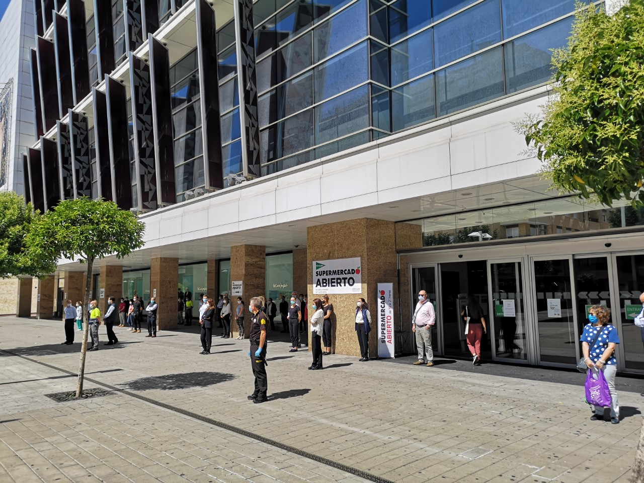 Trabajadores y clientes de El Corte Inglés se suman al minuto de silencio.