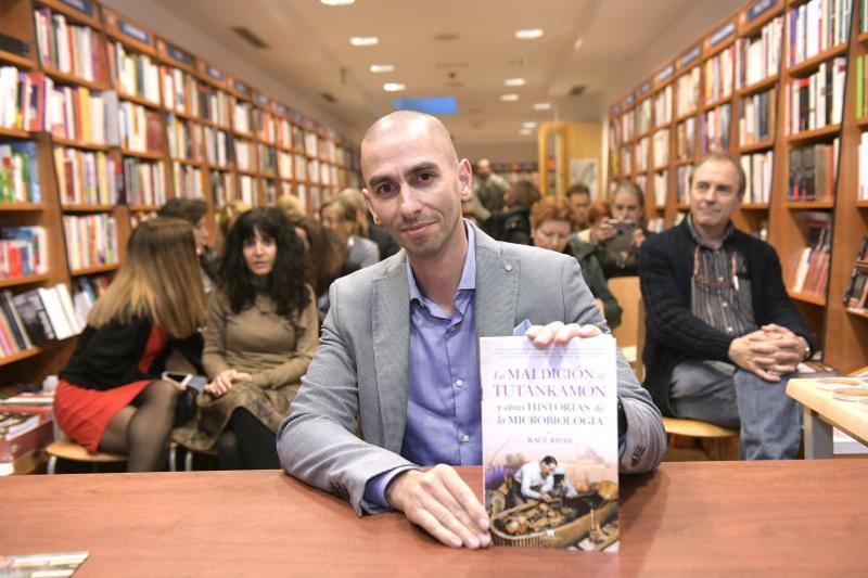 Raúl Rivas, autor del libro 'La maldición de Tutankamón y otras historias de la microbiología'.