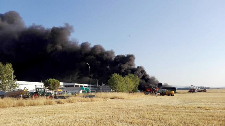 ICAL. Incendio en una fábrica de pinturas situada en el polígono industrial de San Pedro del Arroyo (Ávila)