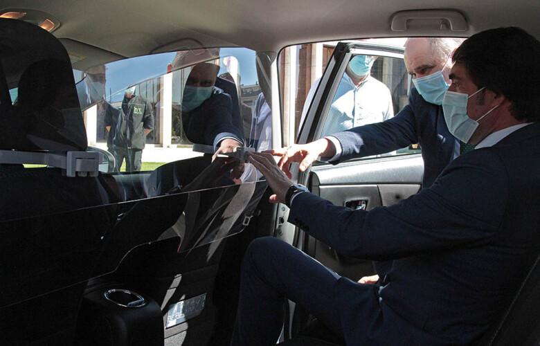 Peio García / ICAL . Juan Carlos Suárez-Quiñones, entrega las primeras mamparas de protección de taxis.
