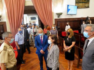 Carmen Calvo, vicepresidenta del Gobierno, saludando al entrar en el Paraninfo.