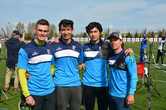 """Carlos Iglesias (1º por la izquierda) con sus compañeros del equipo """"Arqueros de Pozuelo"""" -- Foto de Archivo"""