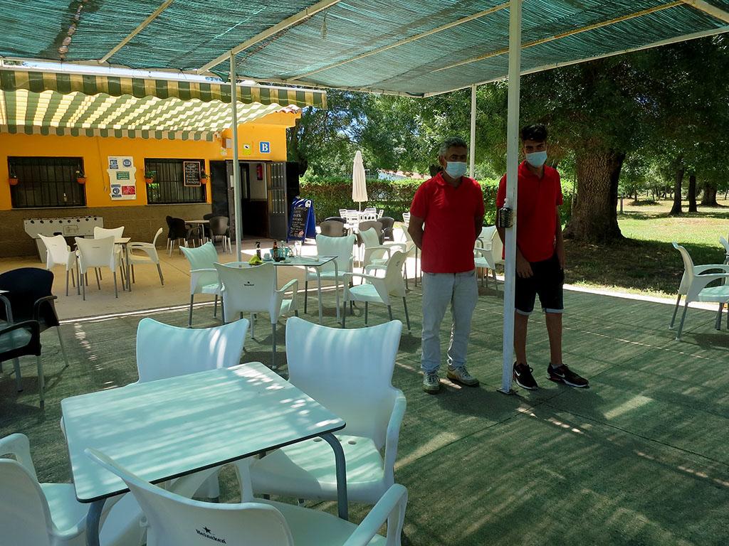 El bar de las piscinas de Tenebrón se cuentra dentro de un merendero con amplio espacio para colocar las mesas.