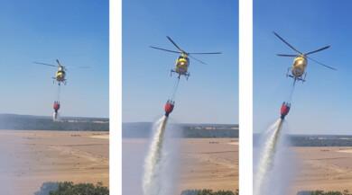 El helicóptero echa agua en el fuego de Retortillo.