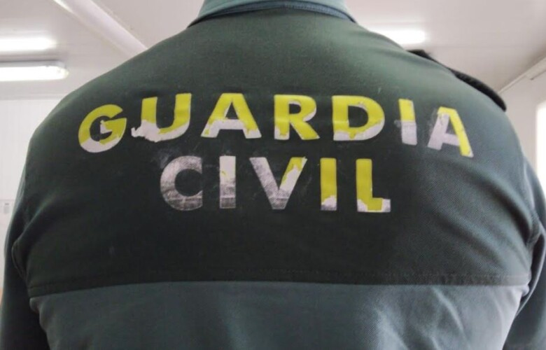 guardia civil uniforme deteriorado