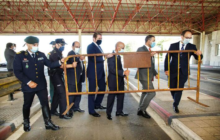 Isa Vicente ICAL . Un Policia Nacional retira la valla de la frontera dejando paso a la entrada de vehículos portugueses en España