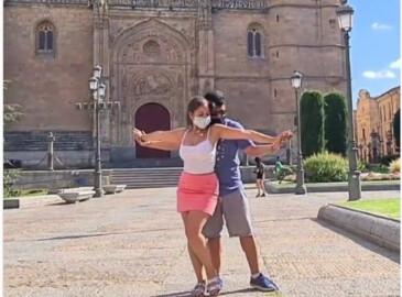 La pareja se marca una bachata en la Plaza de Anaya.