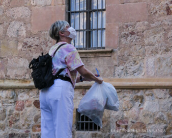 Una mujer con mascarilla en las calles de Salamanca.