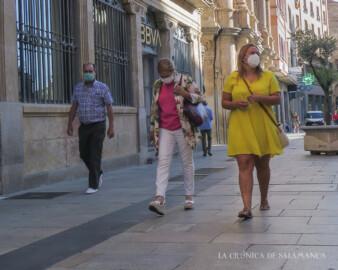 Varias personas caminando por la calle Toro con la mascarilla puesta.