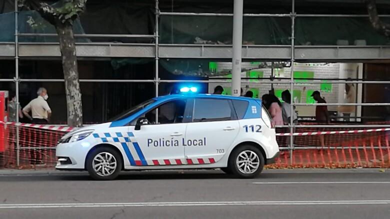 Una patrulla de la Policía Local en el lugar donde cayó la mujer en la avenida de Mirat.