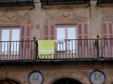 Toalla, bikini y bañador en uno de los balcones de la Plaza Mayor.