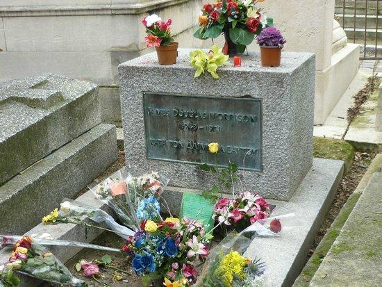 Tumba de Jim Morrison, Cementerio de Père-Lachaise, en París.
