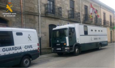 Varios furgones de la Guardia Civil en Vitigudino.