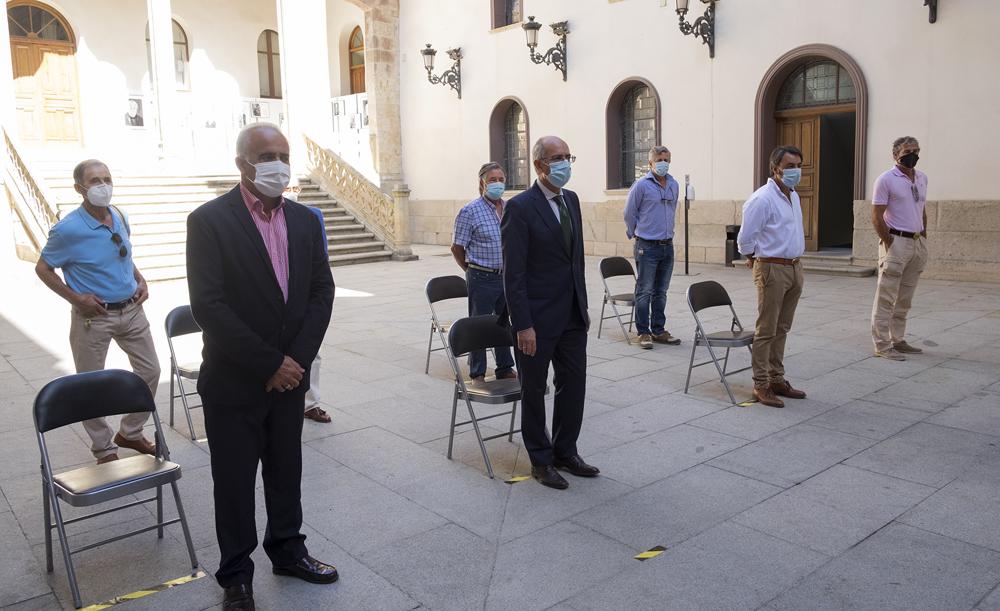 JESÚS FORMIGO / ICAL . El presidente de la Diputación de Salamanca, Javier Iglesias, firma el protocolo de colaboración con las asociaciones ganaderas dedicadas al toro de lidia de la provincia