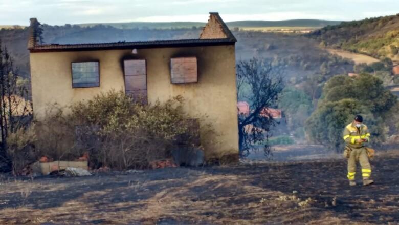 """Los medios del operativo de la Junta continúan con las labores de """"remate"""" y """"control"""" en el incendio de Gallegos del Río"""