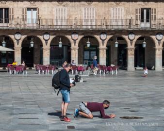 Los fotógrafos toman imágenes de la Plaza Mayor para el anuncio promocional de España como destino turístico.