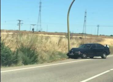 coche empotrado poste semáforo bizarricas