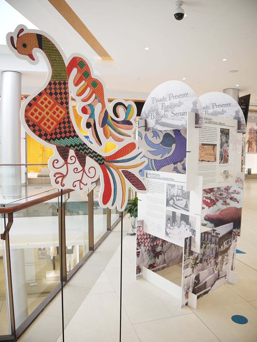 Exposición de bordado serrano en el CC El Tormes.