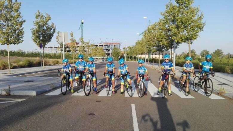 Los y las ciclistas de la Escuela de Ciclismo de Salamanca.
