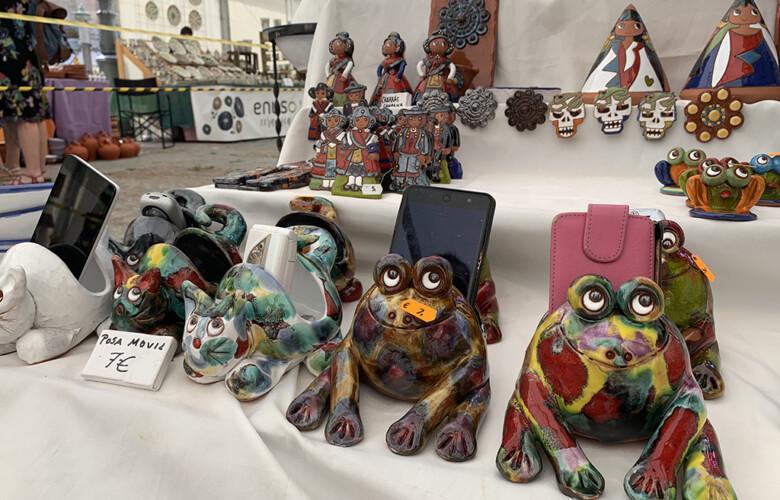 Las ranas portamóviles, elementos que se pueden ver en la Feria del Barro, en la Plaza de Anaya.