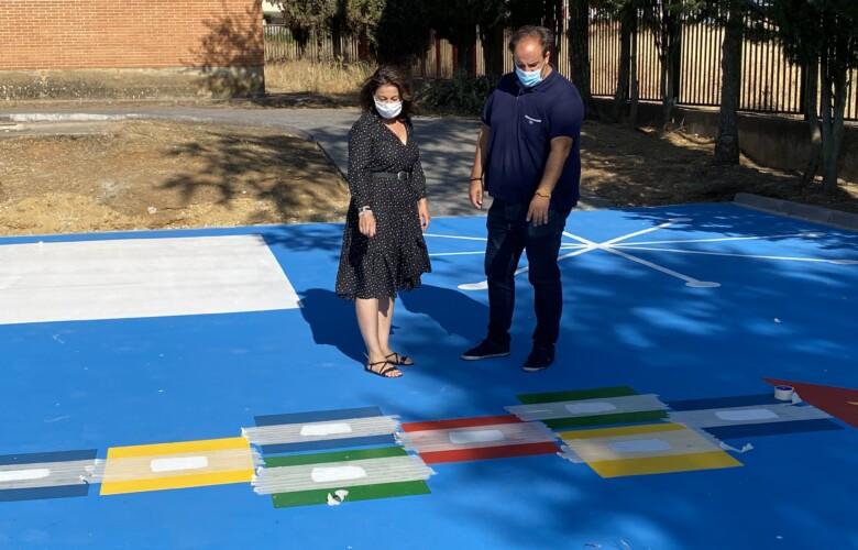 El alcalde y la concejala en las instalaciones del colegio Miguel de Cervantes, Guijuelo.