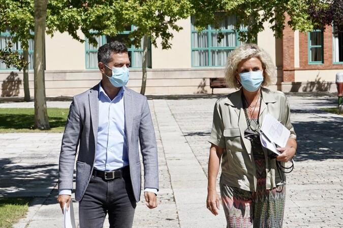 Miriam Chacón. ICAL . La consejera de Sanidad, Verónica Casado, y el director de Comunicaciones de la Junta, Julio López Revuelta.