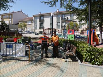 El parque infantil La Charca de Carbajosa de la Sagrada renueva su suelo.