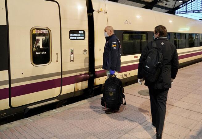 ICAL. Un pasajero espera para subir al tren. Foto. ARCHIVO.
