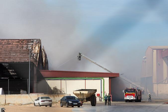 JL Leal / ICAL . Incendio en las instalaciones de la Cooperativa Cobadu