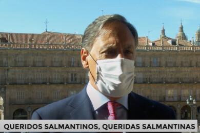 Carlos García Carbayo, alcalde de Salamanca en el balcón del Ayuntamiento.