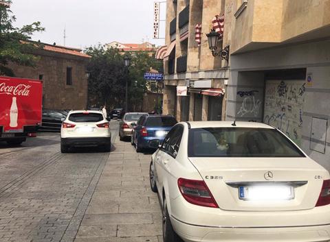 Coches aparcados en la acera en la Ronda Sancti Spiritu.