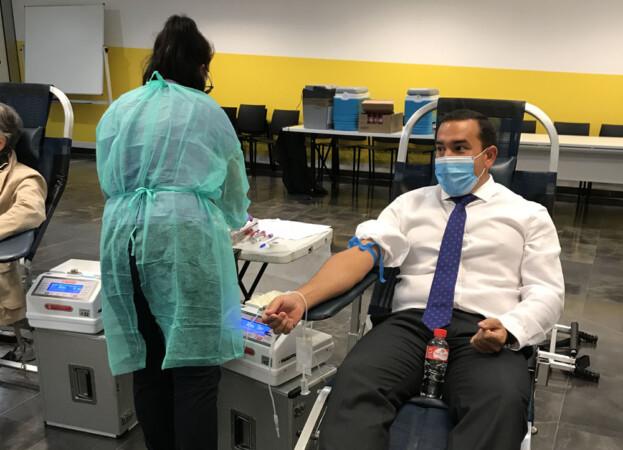 Eloy Ruiz, delegado territorial de la Junta, participa en la campaña de donación de sangre.