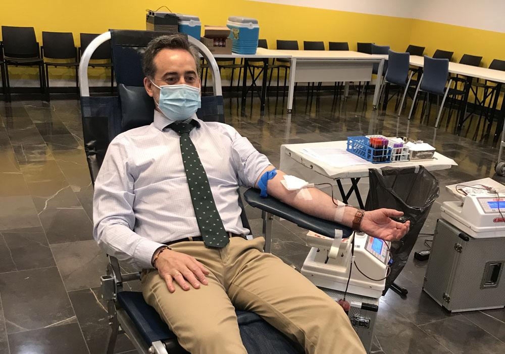 Fernando Díaz, secretario territorial, participa en la campaña de donación de sangre.