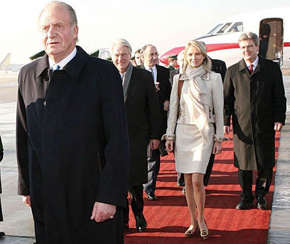 Juan Carlos I y detrás de él, Corinna Larsen.