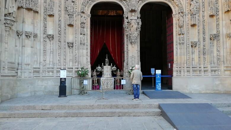 La imagen de la Virgen de la Vega recibe a los fieles salmantinos en la puerta de la fachada oeste de la Catedral.