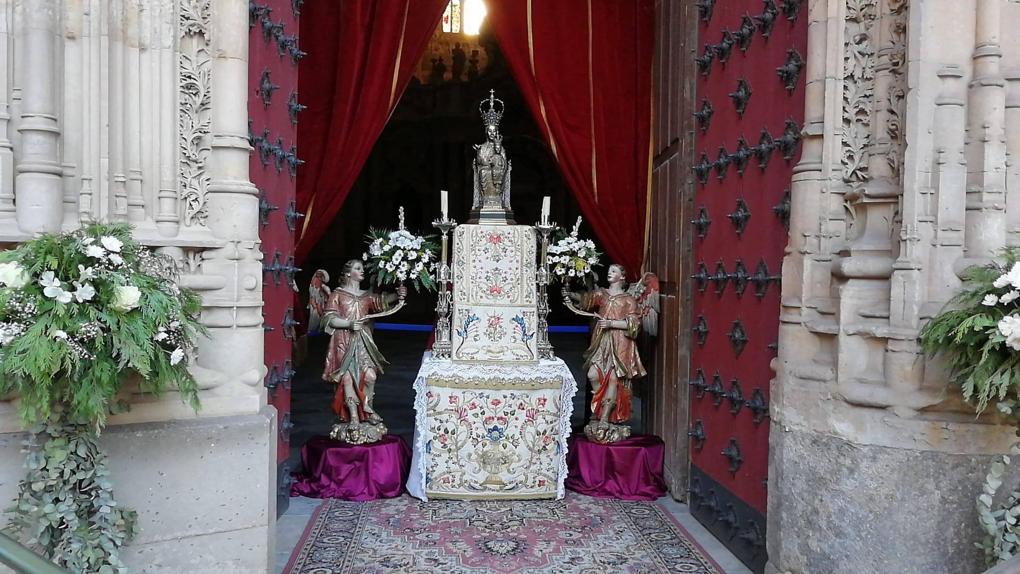 Altar a la Virgen de la Vega en la entrada de la Catedral.