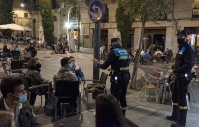 Susana Martín / ICAL . El buen tiempo llena las terrazas salmantinas antes del toque de queda. Patrullas policiales vigilan el cumplimiento de las normas
