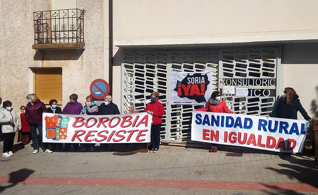 ICAL. Concentración convocada por el movimiento de la España Vaciada, frente al consultorio médico de Borobia (Soria)
