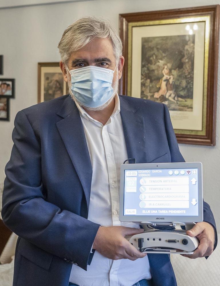 Dos Santos / ICAL . Un proyecto piloto con un aparato de telemedicina para controlar a enfermos con insuficiencia cardíaca y respiratoria. En la imagen Ángel Alonso(I), y David Astruga (D)