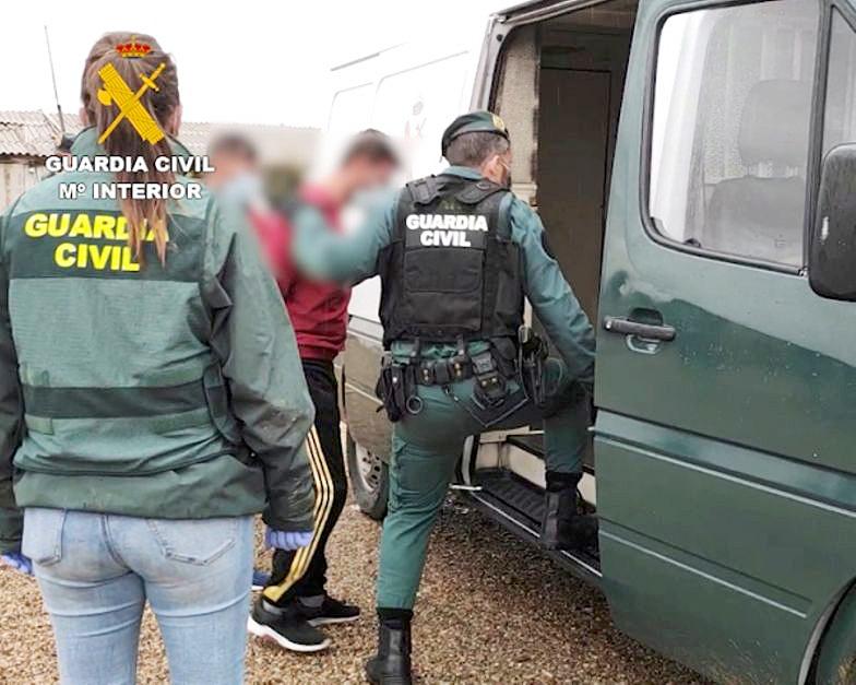Guardia Civil / ICAL . La Guardia Civil desarticula, en la 'Operación Isla Azul', una red de trata de seres humanos y libera a 20 personas explotadas laboralmente