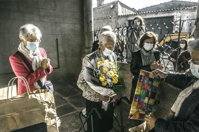 Jesusa García, la centenaria de El Manzano, durante el homenaje.