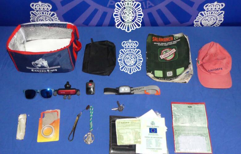 Los objetos robados en el interior de dos vehículos en Salamanca.