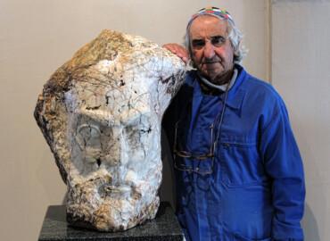 El escultor Severiano Grande con el busto de Unamuno.