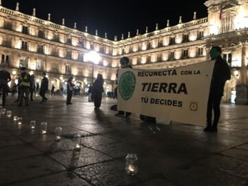 La performance realizada este viernes en la Plaza Mayor por Fridays For Future y Extinction Rebellion Salamanca