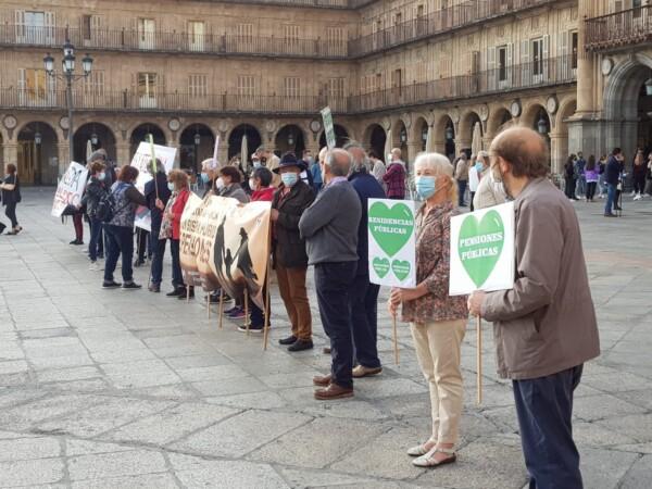Concentración en la Plaza Mayor de pensionistas y jubilados acompañados por jóvenes.