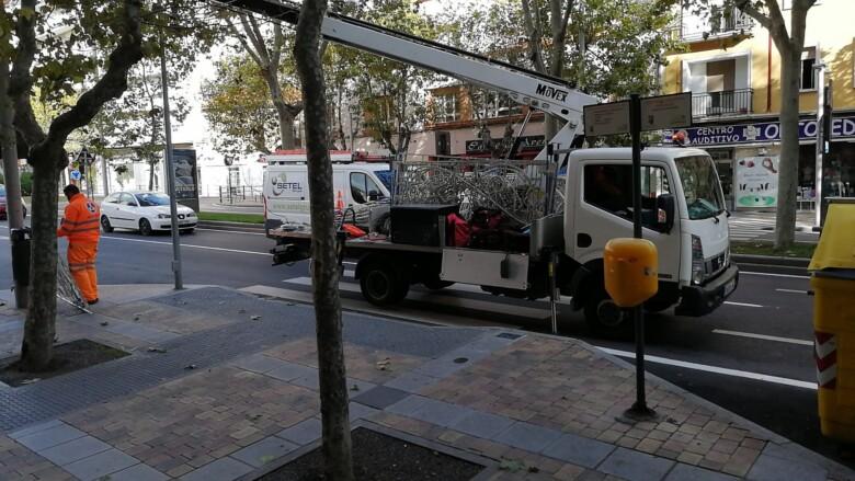 Los operarios instalan las luces navideñas en el primer tramo de la avenida de Portugal.