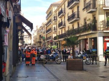 La Rúa cortada a la altura de la calle Palominos y muchas personas mirando detrás de la valla.