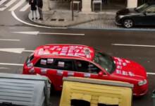 Uno de los vehículos que participó en la manifestación rodada de los hosteleros.